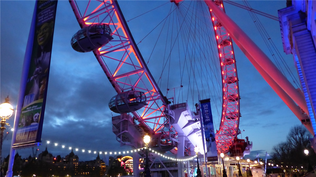 Festoon lighting by the London Eye Gallery Image